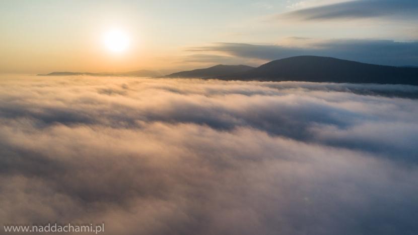 Pomysł na zdjęcie z drona: wschód słońca, nad chmurami