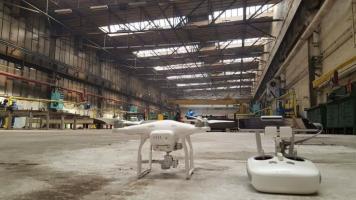 dron w zamkniętych pomieszczeniach